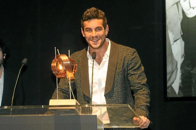 Mario Casas recibe el premio 'La Luz' arropado por sus fans en el marco del Festival de Cine Iberoamericano