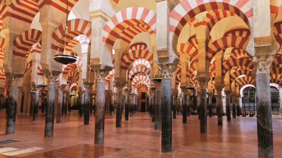 El Cabildo de Córdoba entrega 3.675 becas con motivo del 775 aniversario de la Catedral