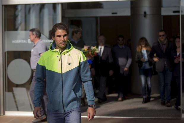 Rafa Nadal abandonando la clínica Quirón Teknon. Foto: EFE