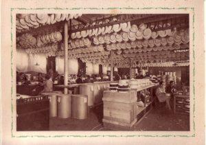 Imagen antigua de la fábrica de sombreros sevillana Fernández y Roche. / http://www.elaristocrata.com