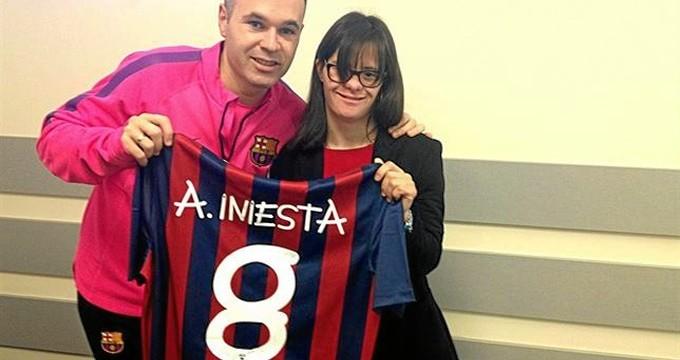 Andrés Iniesta apadrina una nueva tipografía de letra creada por una joven con Síndrome de Down