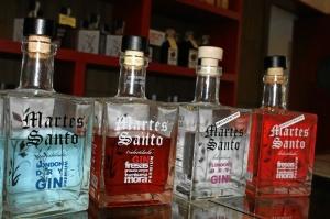 La gama de ginebras que se elabora en la destilería de Higuera.