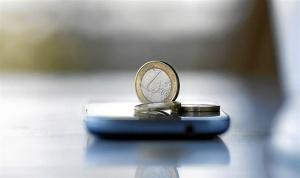 Monedas sobre un teléfono móvil.