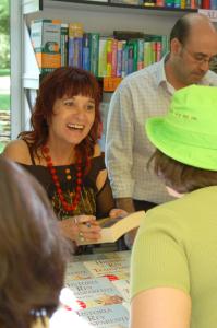 La periodista Rosa Montero en una feria del libro.