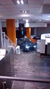 El coche empotrado en el interior de la sede del PP. / Foto: Europa Press.