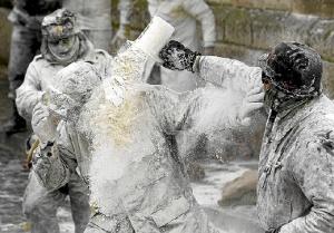 Intensas batallas con harina, petardos y huevos. /  http://www.amusingplanet.com