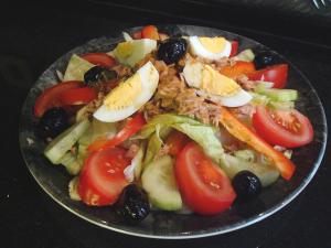 Una ensalada antes de una comida copiosa evitará que nos atiborremos.