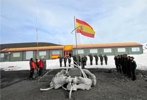 Izado de la bandera en la base Gabriel de Castilla. / http://www.ejercito.mde.es