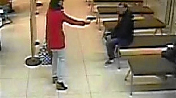 Un Mosso fuera de servicio reduce y detiene a una mujer cuando atracaba un banco