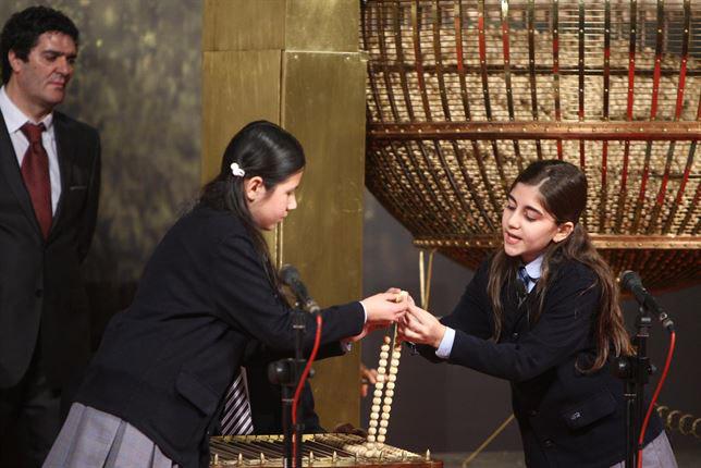 Niños de San Ildefonso con las bolas del sorteo. / Foto: Europa Press.