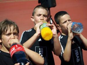 Los niños disfrutan consumiendo zumos.
