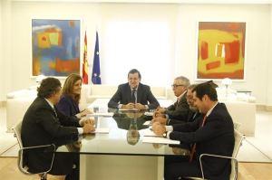 Rajoy y Fátima Báñez con los agentes sociales en Moncloa.