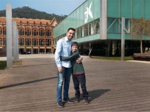 El jugador Xavi Hernández junto a un niño con Síndrome de Down. / Foto: Fundación La Caixa.