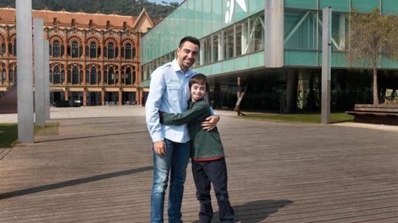 Xavi Hernández ayuda a recaudar fondos para niños con Síndrome de Down