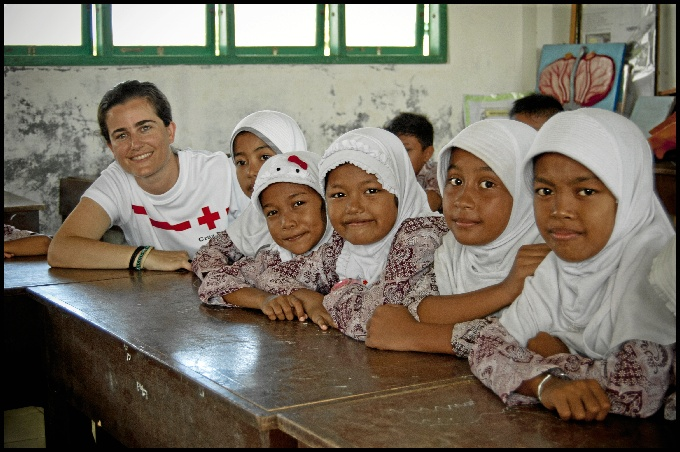 Cruz en una de las escuelas levantadas por Cruz Roja.
