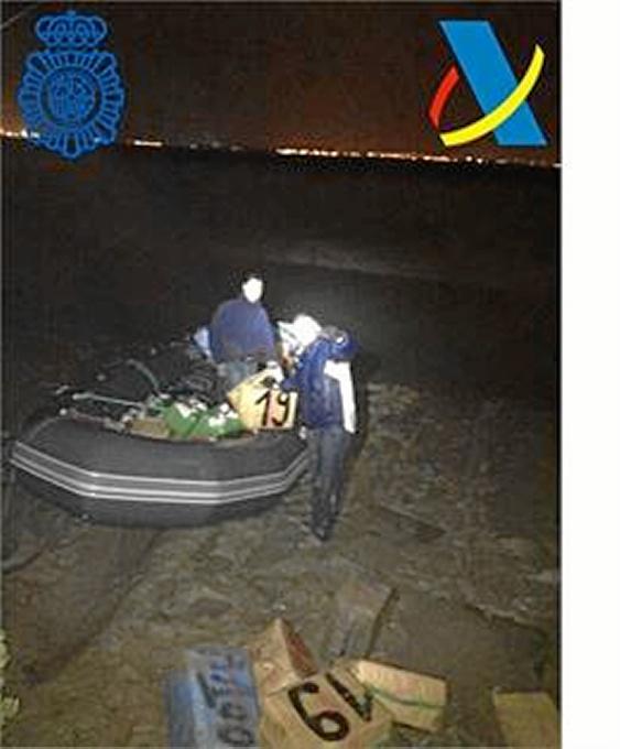 Detenidos en Cádiz  tres narcotraficantes en una embarcación con más de 2.500 kilos de hachís