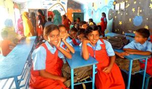 Los niños reciben también el uniforme para asistir a la escuela.