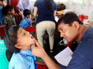 El voluntariado médico permitió hacer un chequeo a los niños.