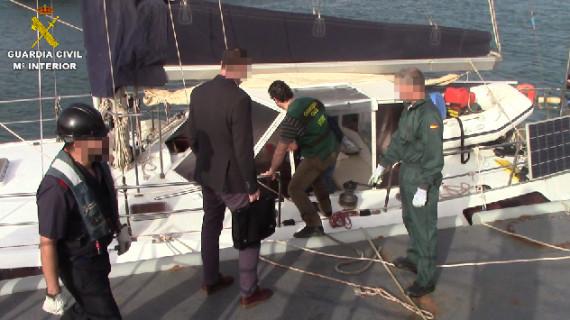 Arrestadas dos personas que transportaban 725 kilos de cocaína en un velero cerca de Canarias