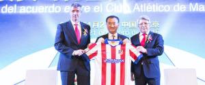 Miguel Ángel Gil, Wang Jianlin y Enrique Cerezo. / Foto: www.clubatleticodemadrid.com