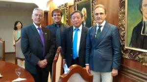 Con el rector de la UPTL y Toru Kodaki.