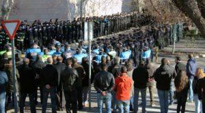 Miles de personas han despedido al policía fallecido.