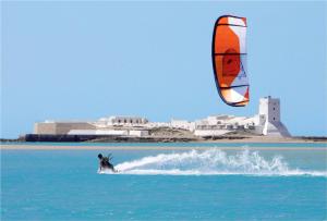 Kite surf junto al castillo de Santi Petri. / www.cadizturismo.com