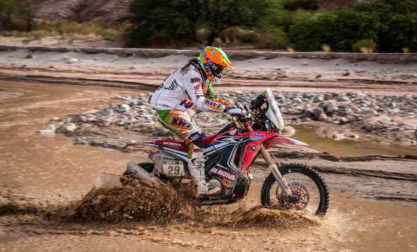 Laia Sanz se convierte en la primera mujer en terminar en el top 10  en motos del Rally Dakar