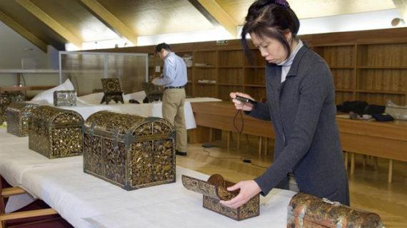 Especialistas japoneses en arte Namban analizan 13 piezas lacadas en Navarra