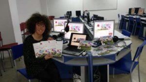 Susana Gómez con el material bilingüe creado para el proyecto. / Foto: omunicacion.uva.es/