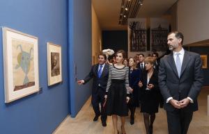 Los Reyes, durante su recorrido por la exposición, acompañados por la comisaria, Malén Gual. / Foto: Casa Real.
