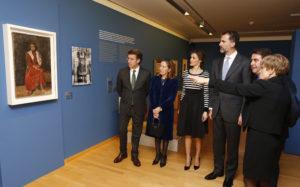 Observan el cuadro 'La muchacha de los pies descalzos' de Pablo Ruiz Picasso. / Foto: Casa Real.