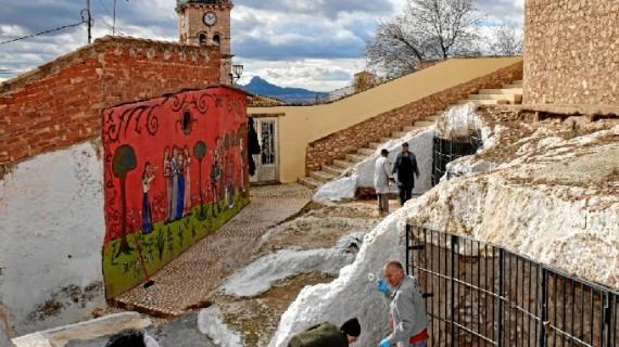 Los vecinos de Villena acicalan sus calles para las Fiestas del Medievo