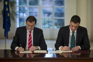 Mariano Rajoy y Pedro Sánchez rubrican el acuerdo.