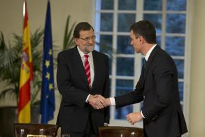 Rajoy y Sánchez sellan el acuerdo con un apretón de manos.