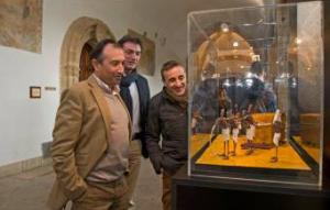 Visitantes contemplan una de las escenas de plastilina. / Foto: Diputación de Cáceres.