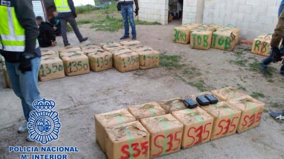 Las autoridades retiran un alijo de casi 1,5 toneladas de hachís en la localidad gaditana de los Barrios
