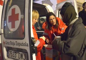 Miembros de Cruz Roja atendiendo a una persona en la ambulancia.