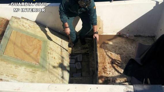 Detenidos dos hombres en una embarcación con 420 kilos de hachís en Isla Cristina