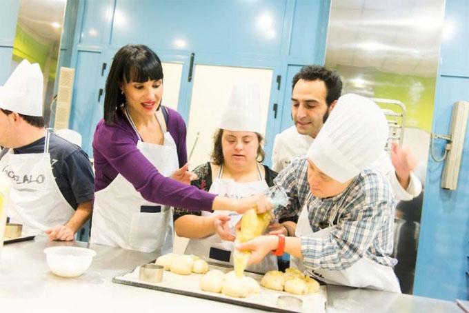 La Fundación Irene Villa y cerca de 100 personas con discapacidad elaboran la Flor Dulce de Navidad en Madrid y Asturias