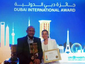 Miembros de la ONG recogen el premio.