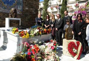 Los familiares y amigos de Paco depositan flores en su tumba. / Foto: Ayuntamiento de Algeciras.