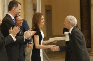 Juan Goytisolo recibe su distinción de manos de la Reina Letizia. / Foto: Casa Real.