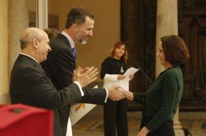 El Rey entrega el premio a Luz Casal. / Foto: Casa Real