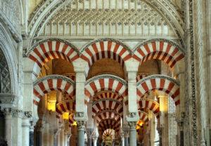 La Mézquita de Córdoba, un ejemplo del patrimonio cultural español.