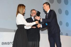 Eduardo Jauregui recibe de manos de la Reina Letizia el Premio Telefónica.