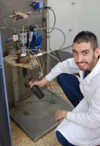 Joseba Andoni Salbidegoitia junto al equipo utilizado en la investigación.