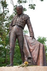 La escultura dedicada al torero Manolo Vázquez se encuentra frente a la Maestranza.