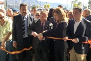La ministra corta la cinta inaugural de la Ciudad Aeroportuaria de Alhaurín de la Torre.