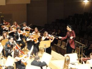 Silvia Sanz dirige a la Orquesta Metropolitana de Madrid. / Foto: www.silviasanz.com